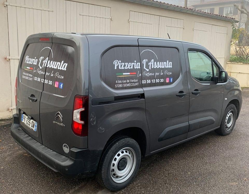 Pose d'un adhésif publicitaire (flocage) sur le Berlingo de la Pizzeria L'Assunta à Semécourt