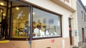 marquage-vitrine-adhesif-creation-fabrication-pose-le-monde-d-aiko-moselle bousse metz